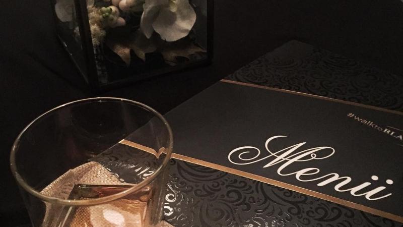 Bu gece özel bir gece✨ Nişantaşı @stregisistanbul otelin muhteşem bir İstanbul manzarasına sahip terasında, Oscar törenlerinin de menülerini hazırlayan #Michelin yıldızlı şef Wolfgang Puck @chefwolfgangpuck ın imzasını taşıyan fine dining restoranı @spagoistanbul dayız. Viski kültürünün az bilinen alanlarından biri olan viski mutfağı üstüne sohbet edecek ve Şef Bahadır Abul ile hazırladığımız özel bir viski menüsünü dostlarımızla tadacağız. #walktoBLACK 🎩 #meleklerinpayi