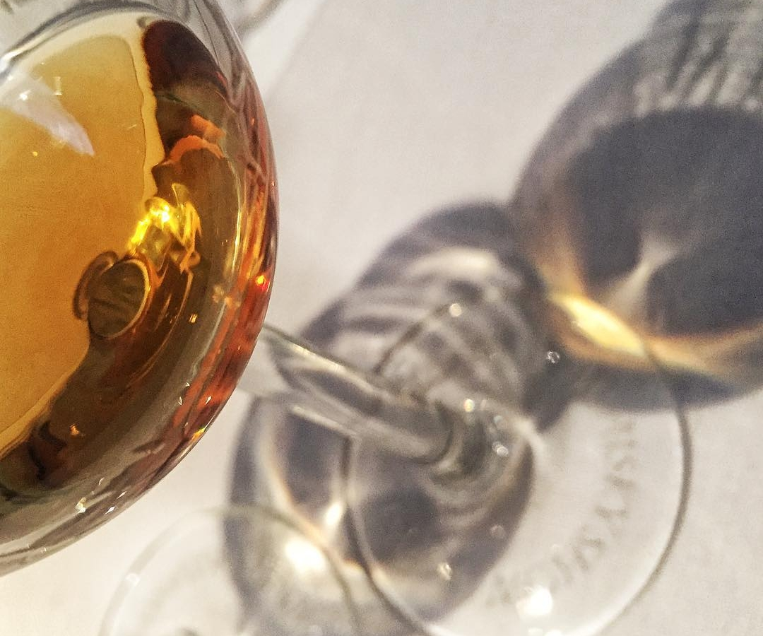 Am I seeing double?? No, it's just the beautiful reflection of my dram of #whisky