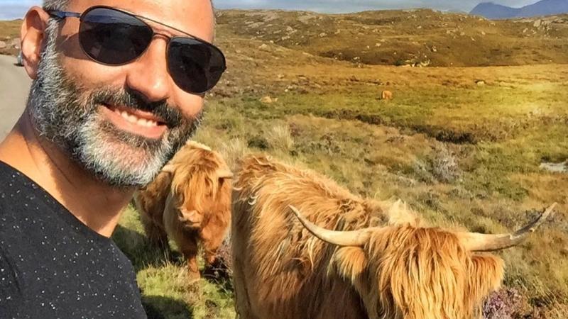Haftayı gülümseten bir #İskoçya fotoğrafıyla açalım. İskoçya gezimizde yolumuzu kesen karizmatik sığırları harika saç modelleriyle göz alıcı! (benden çok saçları var ve Uykusuz dergisinin muhteşem mizah yazarı Erman Çağlar'ın sözleriyle 'Kıvanç Tatlıtuğ'a benziyorlar'😀🐮) Dev boyutlarıyla biraz korkutucu olsalar da 1-2 mt kadar yakınlaştım ve perspektif yüzünden kadehimdeki viskiyi kokluyor gibi çıkmış👃😀 Tüm viski tutkunlarına iyi haftalar